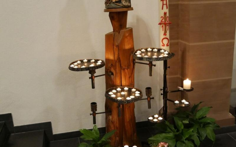 Wie ein Baum aus Kerzen -- jede Flamme erinnert an einen Verstorbenen