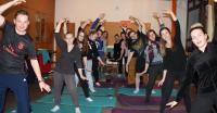 Schülerinnen und Schüler der Gesundheits- und Krankenpflegeschule im St. Martini-Krankenhaus machen Bewegungsübungen auf den neuen Matten.